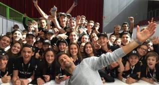 Djokovic se fotografía con los recogepelotas del Madrid Open