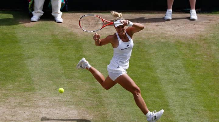 Angelique Kerber devuelve una bola a Venus Williams durante el partido de semifinales de Wimbledon.