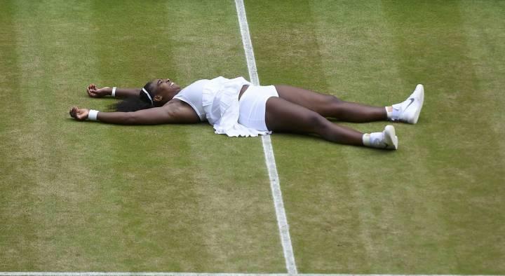 Serena Williams celebrando el título de Wimbledon 2016