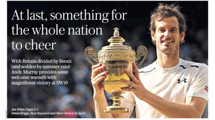Andy Murray posa con su segundo trofeo de Wimbledon tras vencer a Raonic