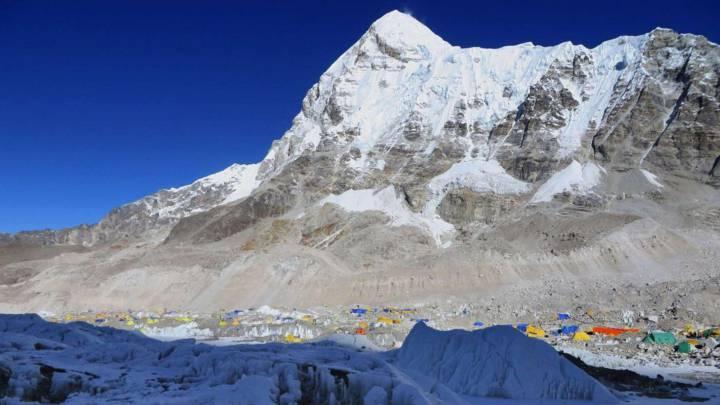 Prohíben escalar el Everest a dos indios durante 10 años