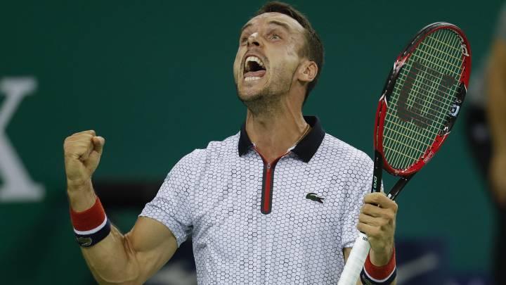 Roberto Bautista derrotó a Novak Djokovic por un doble 6-4 y jugará el domingo su primera final de Masters 1.000 ante Murray o Simon.