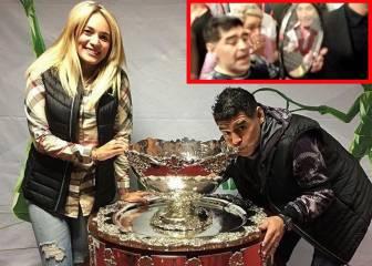 Del Potro le regaló una raqueta a Maradona, que besó la Copa