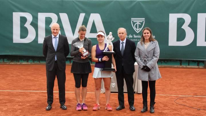 Jasmine Paolini posa con el trofeo de campeona del BBVA Open de tenis que se ha celebrado en Valencia.