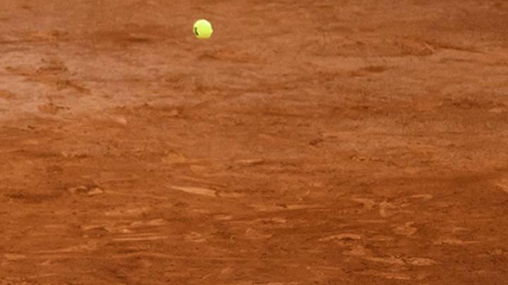 Imagen de una pelota botando sobre la arcilla de la pista del Mutua Madrid Open.
