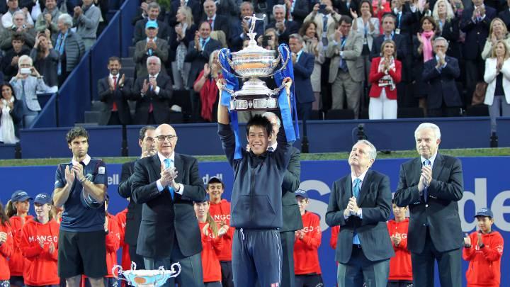 El tenista japonés Kei Nishikori levanta el trofeo de campeón del Open Banc Sabadell - Conde de Godó de 2015.
