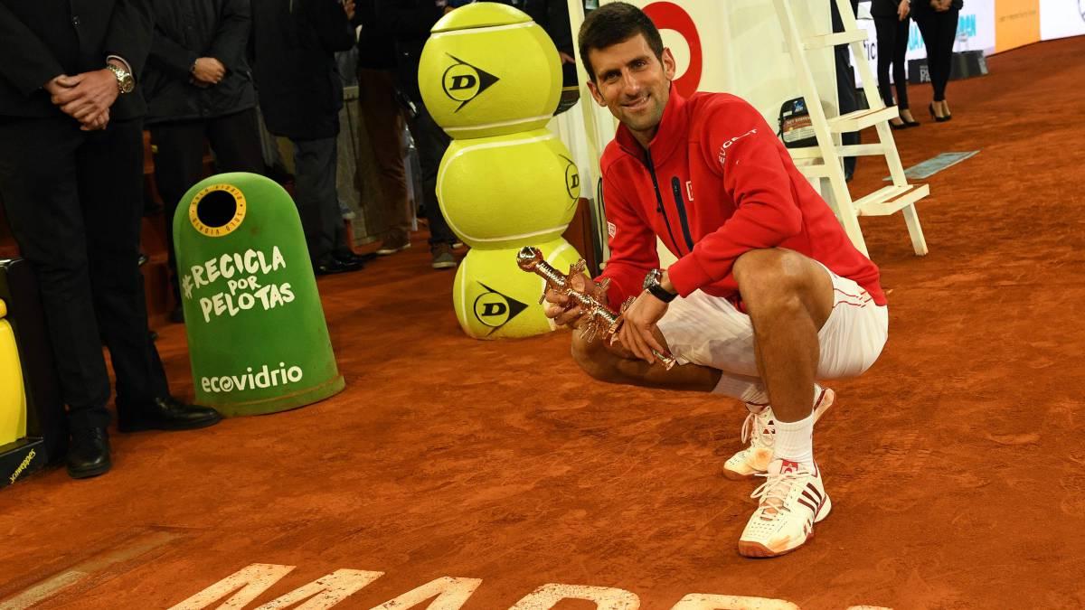 Novak Djokovic posa tras ganar el Mutua Madrid Open 2016.