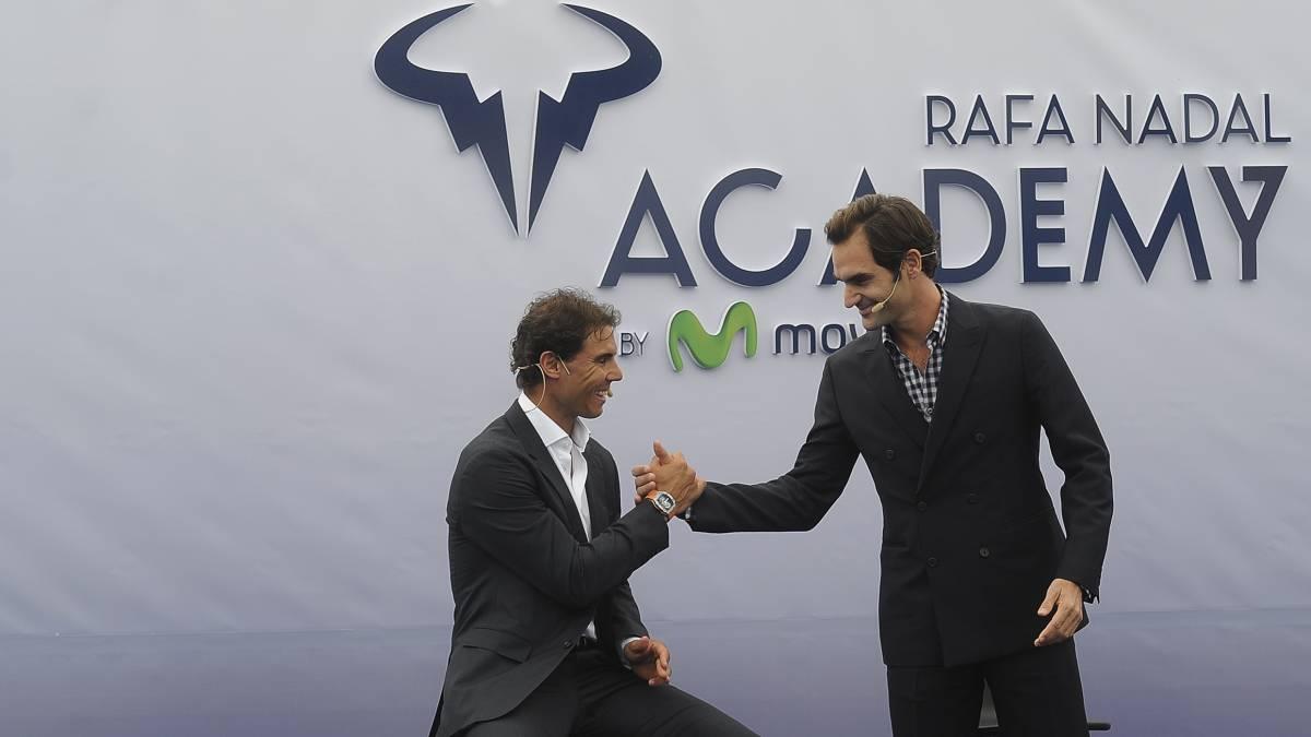 Rafa Nadal y Roger Federer se saludan en la presentación de la Rafa Nadal Academy el pasado mes de octubre en Mallorca.