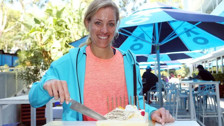 Angelique Kerber posa con una tarta por su 29 cumpleaños después de ganar a su compatriota Carina Witthoeft en el partido de segunda ronda del Australia Open.