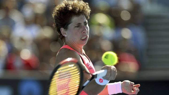 La española Carla Suárez devuelve una bola a la rumana Sorana Cirstea en su partido de segunda ronda del Australia Open.