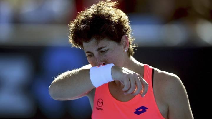La tenista española Carla Suárez ante la rumana Sorana Cirstea en su partido de segunda ronda del Abierto de tenis de Australia en Melbourne.