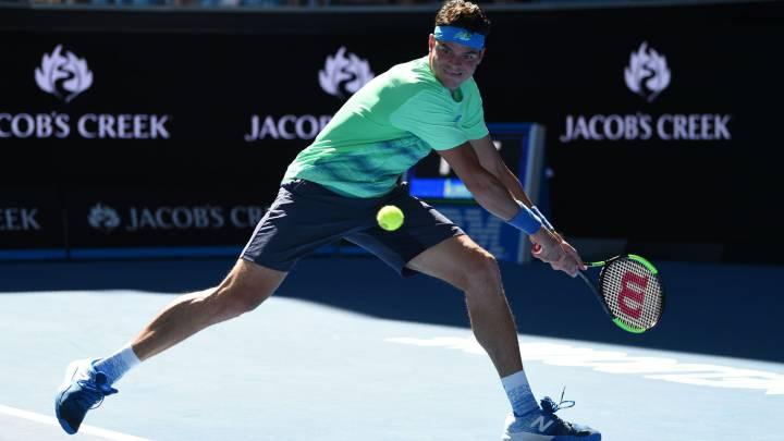 Milos Raonic devuelve una bola ante Gilles Muller durante el encuentro de segunda ronda que ambos disputaron en el Australia Open.