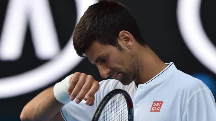 Novak Djokovic se lamenta tras un punto durante su partido con Denis Istomin en segunda ronda del Australia Open.