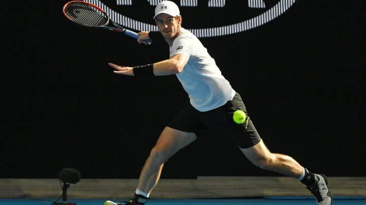 Andy Murray  devuelve una bola a Sam Querrey durante el partido de tercera ronda que ambos han disputado en el Open de Australia.