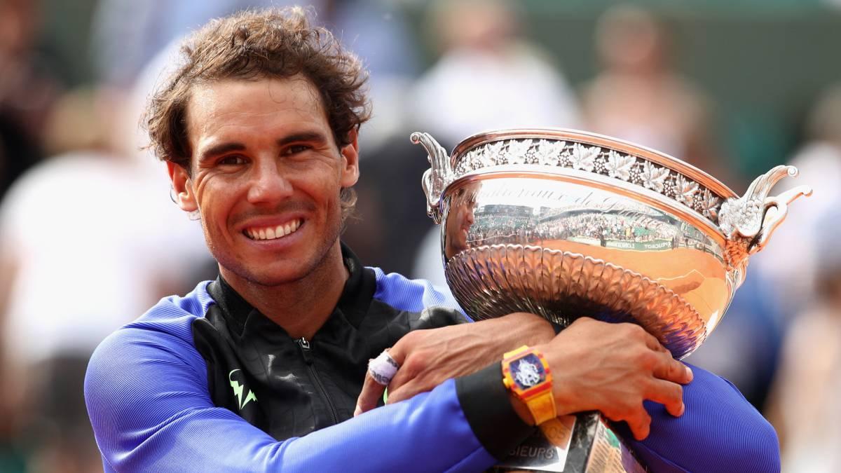 Rafael Nadal, posando con el trofeo de Roland Garros.