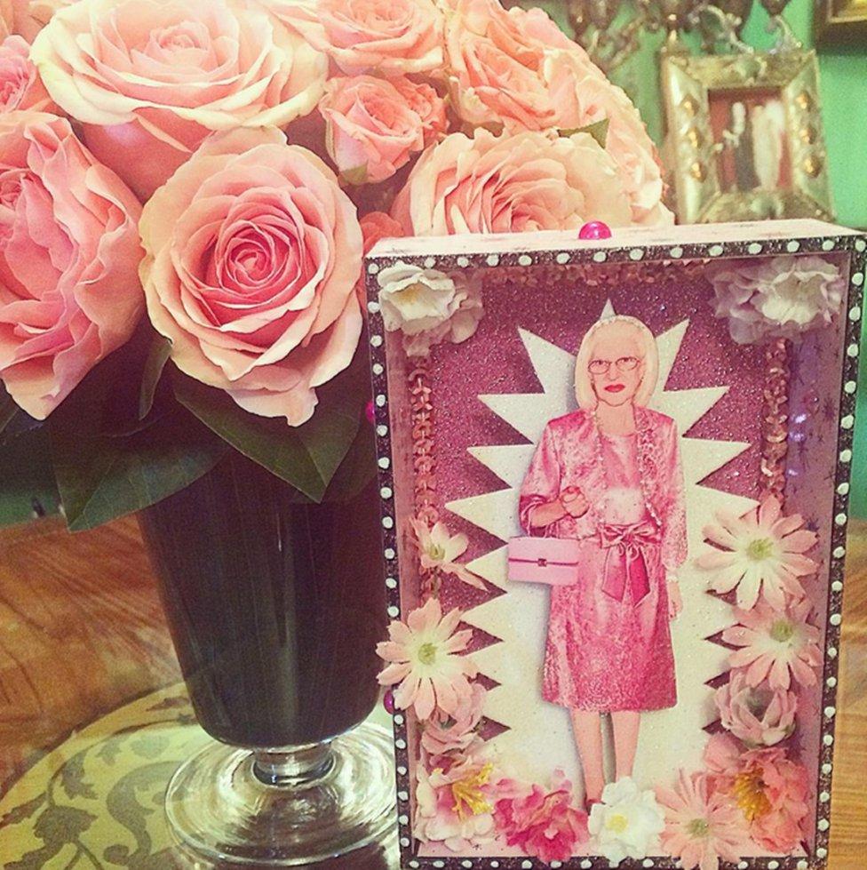 """Alaska """"Flores en casa de mamá y un diorama precioso realizado por @susipacotilla. Felicidades para todas las madres Jova-Vaquerizo-Caro: madres, tías, primas..."""" @alaskaoficial"""
