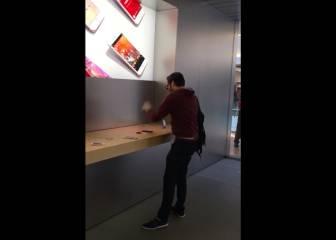 Un cliente enfadado destruye iPhones y MacBooks en una tienda de Apple