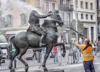 A huevazos contra la estatua decapitada de Franco en el Born