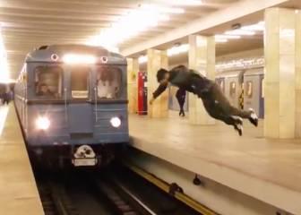 Un joven hace un salto increíble frente a un tren en movimiento