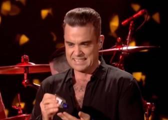 Robbie Williams se desinfecta las manos tras tocar a sus fans