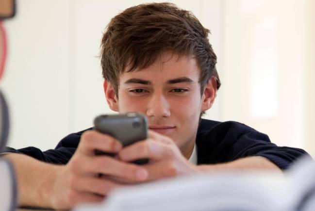 Adolescente hablando a través de su teléfono móvil
