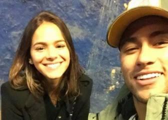Neymar pasea con su hijo y Bruna Marquezine por Barcelona