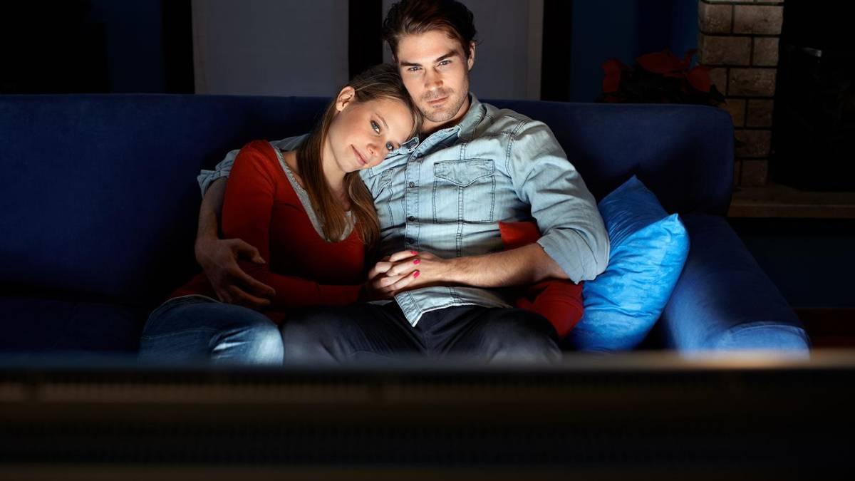 Resultado de imagen para parejas viendo peliculas