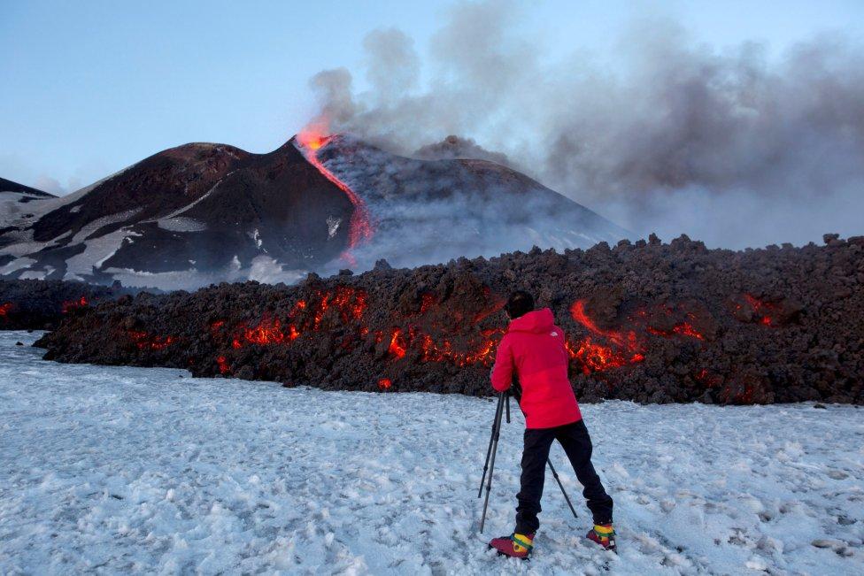 Un turista desafía la lava del Etna