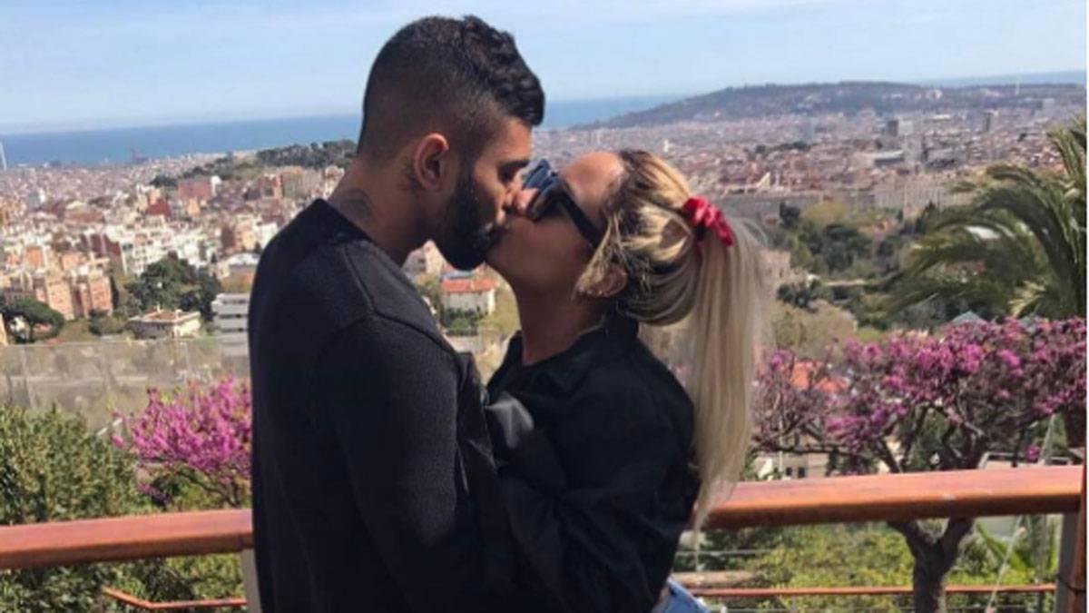 Gabigol y la hermana de Neymar muestran su amor en Barcelona