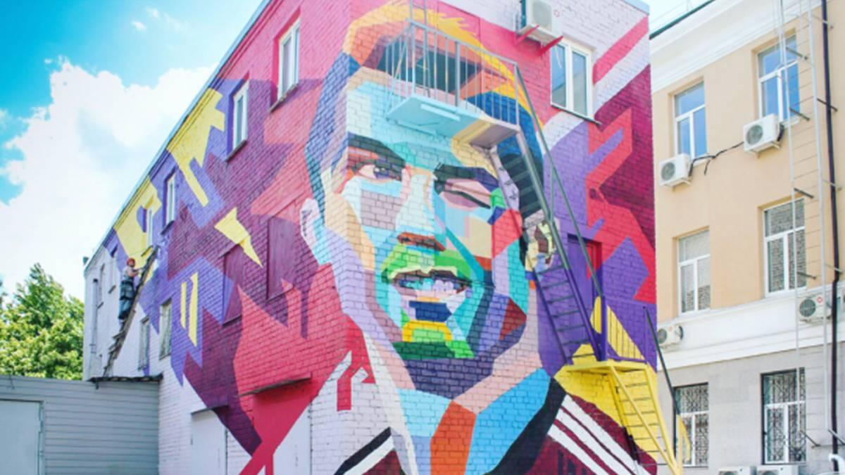 El mural de cristiano que le da la bienvenida en rusia for El mural pelicula