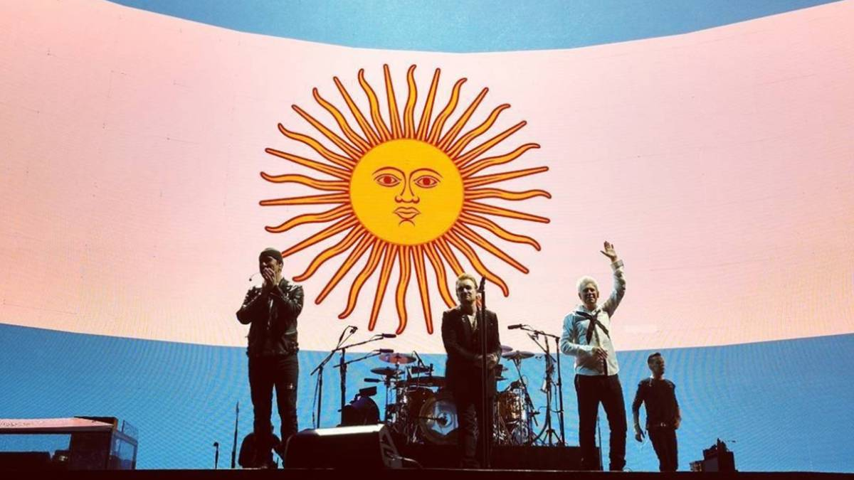 U2 en su concierto en el Estadio Único de La Plata de Buenos Aires tras retrasarlo para ofrecer en directo el partido Ecuador Argentina en el que la albiceleste logró clasificarse para el Mundial de Rusia 2018 con un hat-trick de Lionel Messi