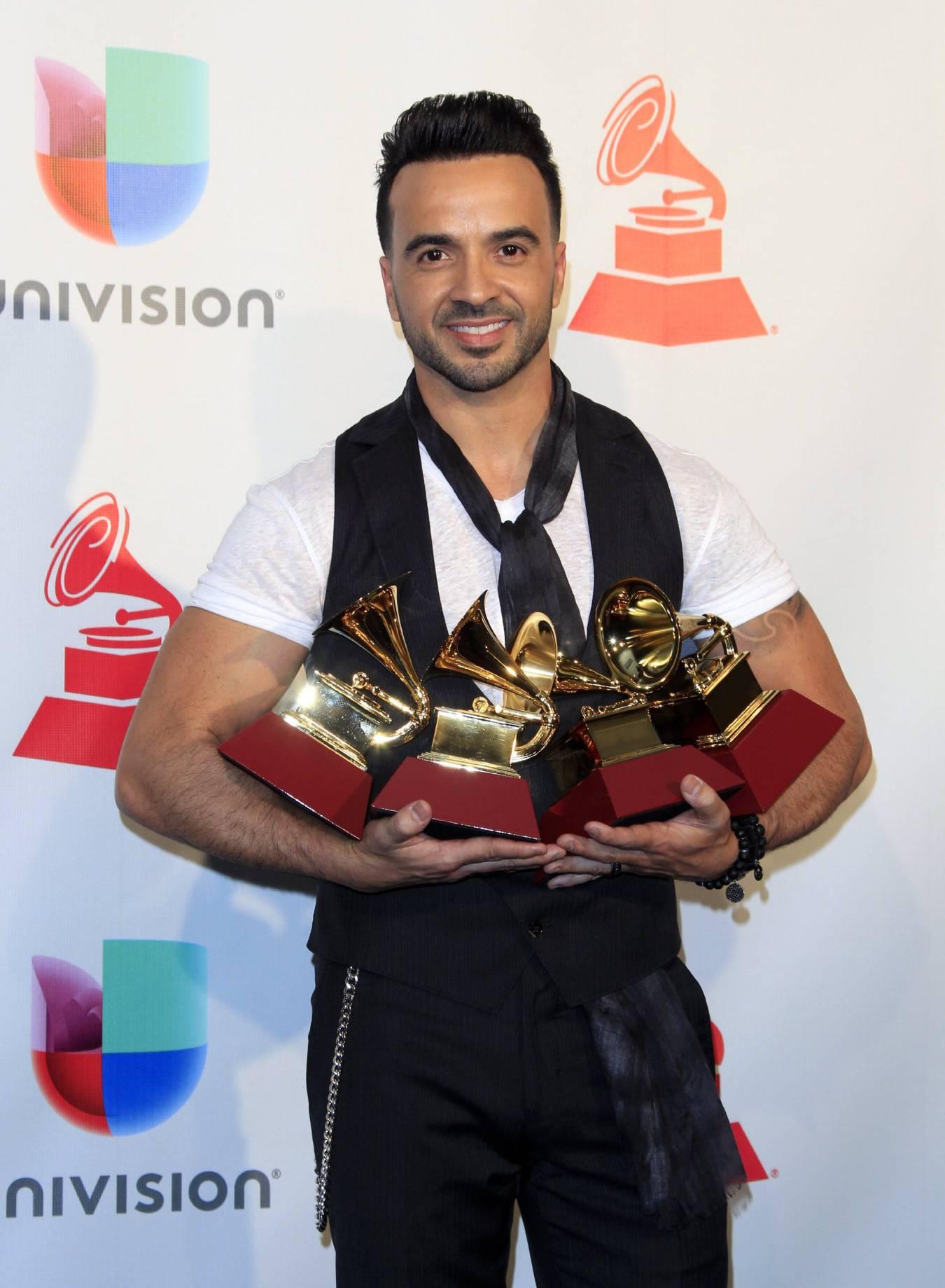 Luis Fonsi con los premios Grammy en Las Vegas.