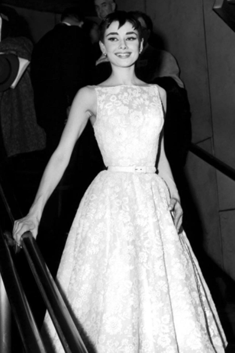 """Audrey Hepburn  en los Premios Oscar de 1954, edición en la que fue galardonada como mejor actriz por """"Vacaciones en Roma"""", con un vestido de Givenchy"""