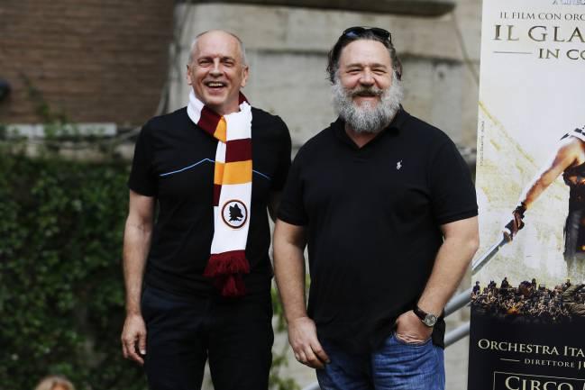 Pelo largo, barba y guata: Desconocieron a Russell Crowe en evento benéfico