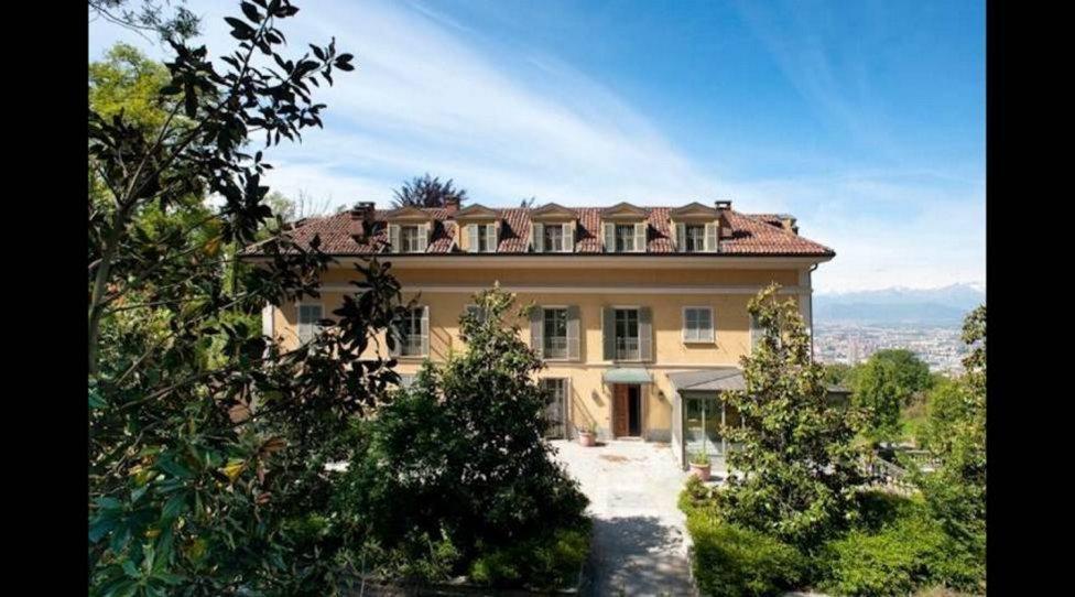 La villa cuenta con 1.000 metros cuadrados, de los cuales 200 están destinados a ocho dormitorios repartidos en tres plantas, una piscina cubierta y otras muchas comodidades.