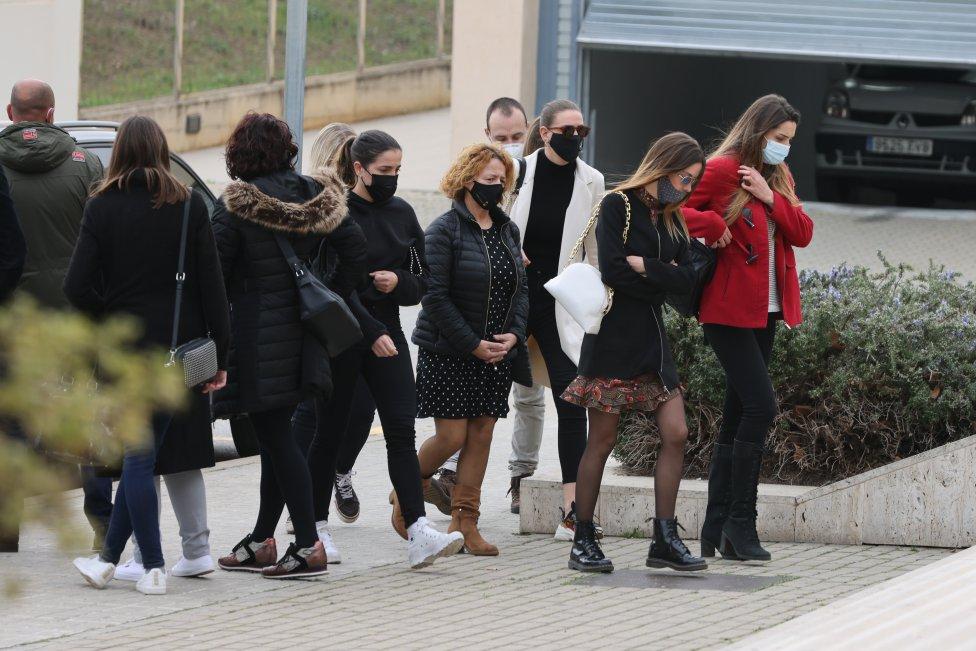 Laia, madre de Bruna Casademunt y familia durante el funeral de Álex en Mataró