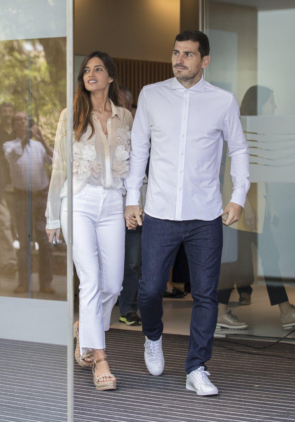 2019. Iker Casillas y Sara Carbonero salne del hospital en Oporto tras recibir el alta el portero madrileño.