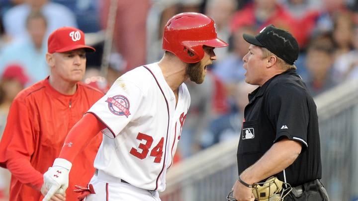 Las bolas y strikes suelen ser motivo de discrepancia como se observa en la imagen de Bryce Harper con el umpire del home.
