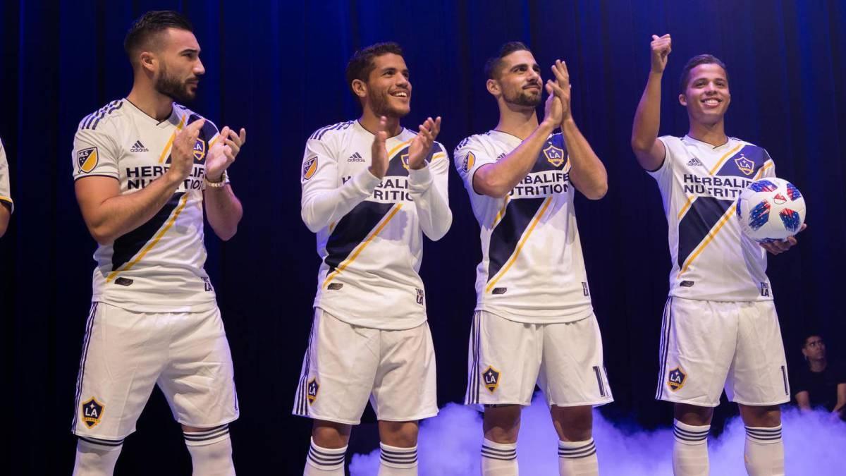 939d4215d LA GALAXY  LA Galaxy presentó su uniforme para la temporada 2018 ...