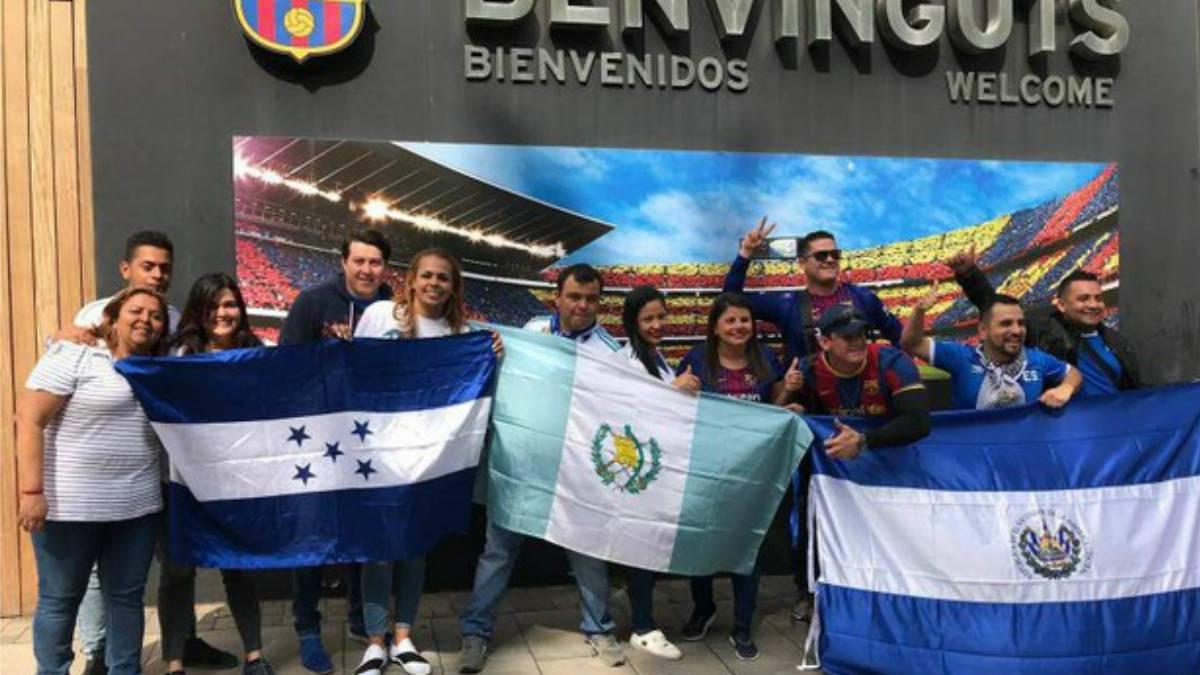 Cuerpo técnico del Barcelona realiza pasillo tras el Clásico Español