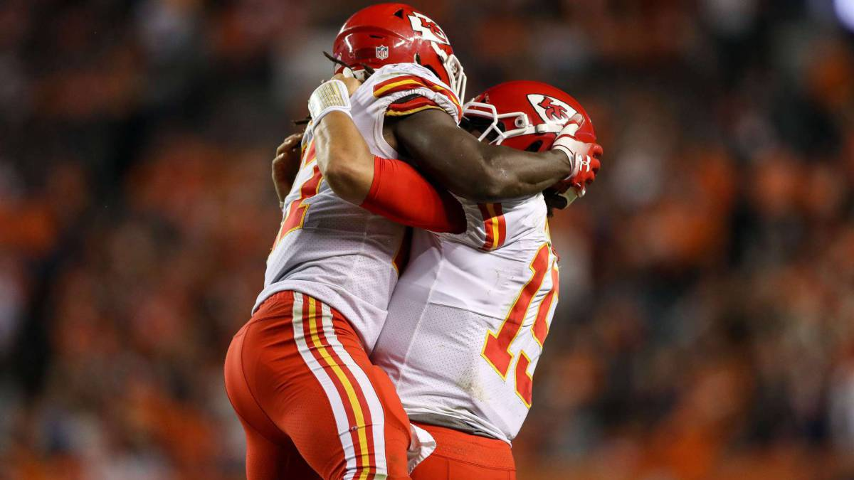 Mahomes y Hunt mantienen invictos a Chiefs que completan remontada