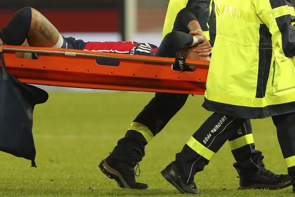 El delantero brasileño del PSG salió en camilla, pero aún no se sabe la gravedad de su lesión. Este lunes se someterá a pruebas médicas.