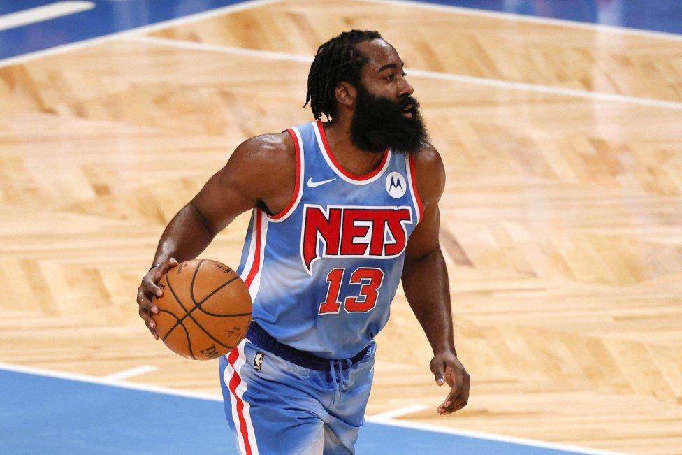 Luego de su polémica salida de los Houston Rockets, James Harden comenzó su era con los Brooklyn Nets este sábado por la noche.