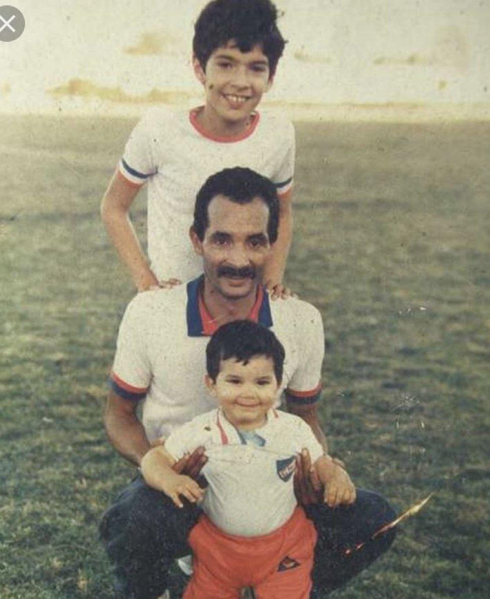 Sebastián Abreu nació el 17 de octubre de 1976 en Minas, Uruguay. Su padre fue futbolista, por lo que desde pequeño se vio sumergido en este deporte.