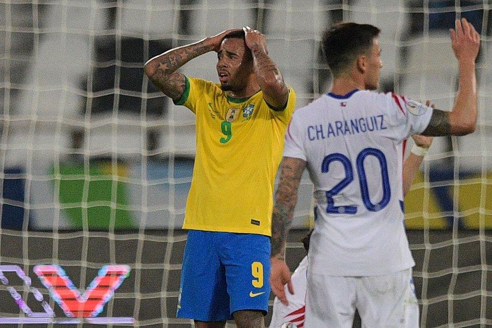 La selección de fútbol de Brasil recibió este viernes por la noche a Chile en el Olímpico Nilton Santos, por los cuartos de final de la Copa América. El resultado final fue de 1-0 a favor de la verdeamarela.