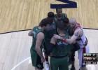El humor de Gortat: piña con los jugadores de los Celtics