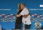 Neymar da un abrazo a Scolari en plena rueda de prensa
