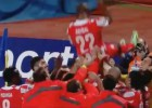 Los compañeros mantean a Abidal en su último partido