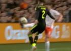 Genial control-caño pinchando el balón de Huntelaar a Albiol
