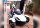 Alex Song se pasea en moto a lo 'Predator' por Camerún